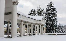 Rudolf pramen kolumnada w zimie Zdrój grodzki Marianske Lazne obrazy royalty free