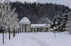 Rudolf pramen kolumnada w zimie Zdrój grodzki Marianske Lazne obraz royalty free