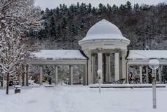 Rudolf pramen kolumnada w zimie Zdrój grodzki Marianske Lazne zdjęcia royalty free