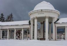 Rudolf pramen kolumnada w zimie Zdrój grodzki Marianske Lazne zdjęcia stock