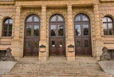 Rudolfinum音乐堂的侧门在布拉格 免版税库存照片