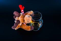Rudolph ren med ett enkelt exponeringsglas för maltwhisky, symbol av Chr Arkivfoto