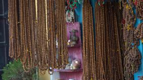 Rudraksha成串珠状待售在地方市场上在加德满都,尼泊尔 影视素材