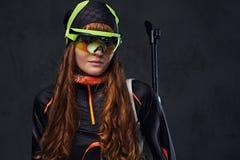 Rudzielec Biatlon sportowów żeńskich chwytów konkurencyjny pistolet zdjęcia royalty free