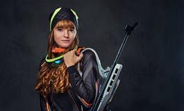 Rudzielec Biatlon sportowów żeńskich chwytów konkurencyjny pistolet fotografia stock