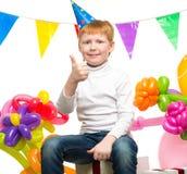 Rudzielec chłopiec wśród balonów Zdjęcia Stock