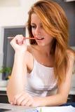 Rudzielec dziewczyna żuć ołówek w kuchni obraz stock