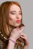 Rudzielec dziewczyna całuje węża Fotografia Royalty Free