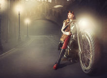 Rudzielec dziewczyna na motocyklu obrazy royalty free