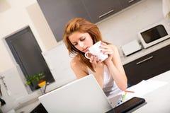 Rudzielec dziewczyna pije kawiarni w kuchni obrazy stock