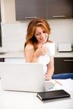Rudzielec dziewczyna pije kawiarni w kuchni zdjęcia stock