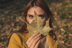 Rudzielec dziewczyna pozuje w miasto parku zdjęcie stock