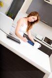 Rudzielec dziewczyna pracuje w kuchni zdjęcie royalty free