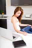 Rudzielec dziewczyna pracuje w kuchni zdjęcia royalty free