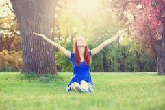 Rudzielec dziewczyna w parku zdjęcia royalty free
