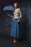 Rudzielec dziewczyna z dużym błękitnym kwiatem Zdjęcia Royalty Free