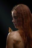 Rudzielec dziewczyna z motylem Obrazy Stock