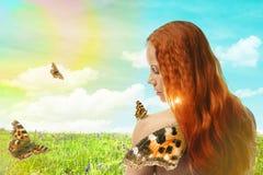 Rudzielec dziewczyna z motylem Obrazy Royalty Free