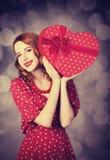 Rudzielec dziewczyna z prezentem dla walentynka dnia Fotografia Royalty Free