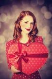 Rudzielec dziewczyna z prezentem dla walentynka dnia Zdjęcia Royalty Free