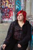 Rudzielec dziewczyna z przebijaniem na graffiti tle zdjęcia royalty free