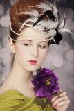 Rudzielec dziewczyna z Rokokowym włosianym stylem i kwiat przy rocznika backgr fotografia royalty free