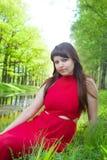 Rudzielec dziewczyna z wspaniałymi formami w czerwonym stroju podczas sesja zdjęciowa. 22 Zdjęcie Royalty Free
