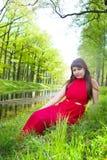 Rudzielec dziewczyna z wspaniałymi formami w czerwonym stroju podczas sesja zdjęciowa. 21 Obraz Stock