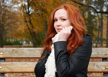 Rudzielec dziewczyny portret w miasto parku, sezon jesienny Zdjęcia Stock