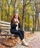 Rudzielec dziewczyny portret w miasto parku, sezon jesienny Zdjęcie Royalty Free