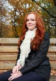 Rudzielec dziewczyny portret w miasto parku, sezon jesienny Obraz Stock
