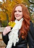 Rudzielec dziewczyny portret w miasto parku, sezon jesienny Zdjęcia Royalty Free