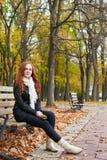 Rudzielec dziewczyny portret w miasto parku, sezon jesienny Obrazy Royalty Free