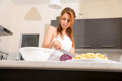 Rudzielec dziewczyny przecinanie w kuchni zdjęcia stock