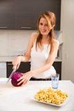 Rudzielec dziewczyny przecinanie w kuchni fotografia royalty free