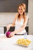 Rudzielec dziewczyny przecinanie w kuchni obrazy stock