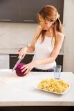 Rudzielec dziewczyny przecinanie w kuchni fotografia stock