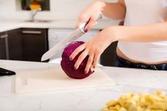 Rudzielec dziewczyny przecinanie w kuchni zdjęcie royalty free