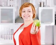 Rudzielec gospodyni domowa z jabłkiem w kuchni zdjęcia stock
