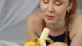Rudzielec kobieta je świeżą owoc podczas gdy kłamający w łóżku zdrowy śniadaniowy zwolnione tempo zdjęcie wideo
