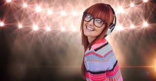 Rudzielec kobieta jest ubranym słuchawki przeciw światłom zdjęcie royalty free