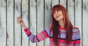 Rudzielec kobieta patrzeje daleko od przeciw drewnianej ścianie zdjęcie royalty free