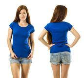 Rudzielec kobieta pozuje z pustą błękitną koszula obrazy royalty free