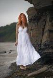 Rudzielec kobieta w biel sukni Obrazy Royalty Free
