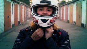 Rudzielec kobiety jeźdza kładzenie na motocyklu hełmie Rowerzysta dziewczyny portret, ludzie styl życia zbiory wideo