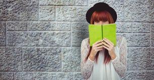 Rudzielec kobiety mienia książka przeciw ścianie ilustracji