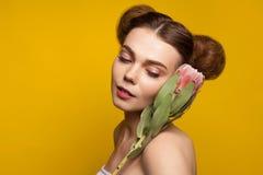 Rudzielec kobiety mienia kwiat na ramieniu zdjęcia stock