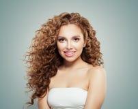 Rudzielec kobiety kobiety modela portret Dziewczyna z długim zdrowym kędzierzawym włosy, jasna skóra fotografia royalty free