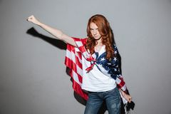 Rudzielec młodej damy bohater z usa flaga przyglądająca kamera Zdjęcia Royalty Free