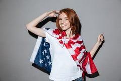 Rudzielec młodej damy bohater z usa flaga przyglądająca kamera Obrazy Royalty Free